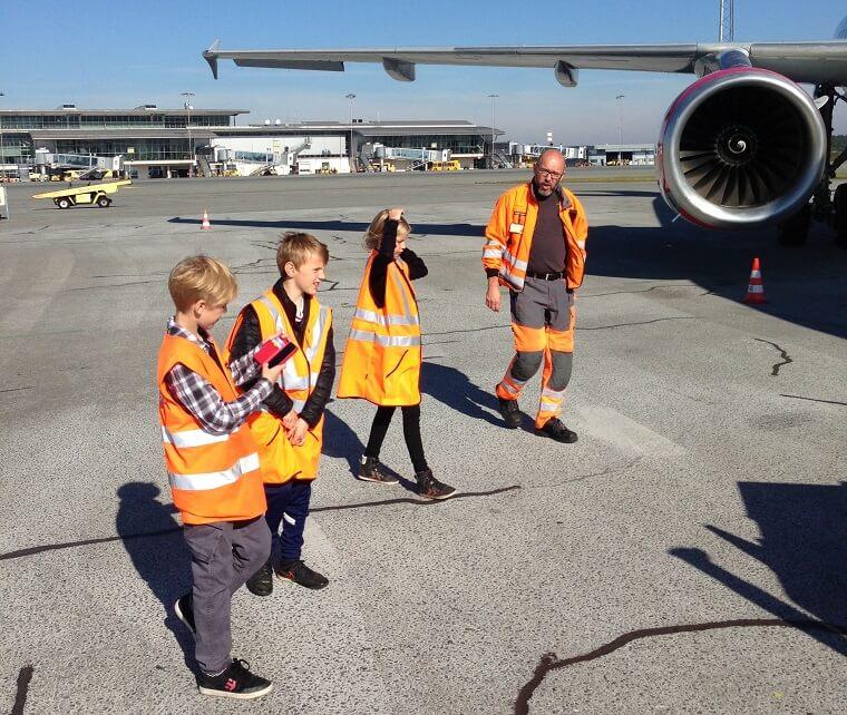 Billedet her er fra sidste års camp, hvor et hold børnejournalister besøgte Billund Lufthavn. Foto: Børnenes Hovedstad