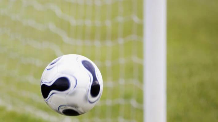 Fodbold på vej i mål