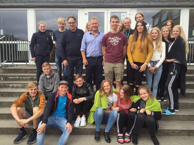 Troels Ravn med en masse elever fra TronsøSkolen og skoleleder Toni Hessner. Privatfoto