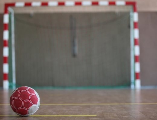 Håndbold bold foran mål i hal