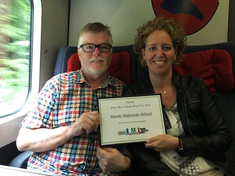 Karl Nielsen og Dorte Juel på vej hjem i toget efter at have modtaget prisen i København. Privatfoto