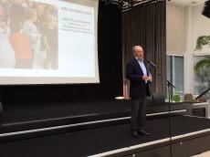 LEGO-ejer Kjeld Kirk Kristiansen havde masser af roser med til skolen og dens personale da ISB i dag viste de nye flotte lokaler frem for forældre og samarbejdspartnere.