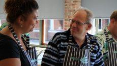 Mie Engelbrecht Lund (tv) underviser to af beboerne fra et bofællesskab i Vorbasse. Foto: Signe Naessing