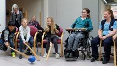 """Stole """"hockey-fodbold"""" med elever og beboere i fuld sving. Foto: Thomas Jakobsen"""